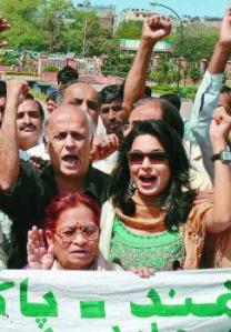 Nirmala Deshpande, with director Mahesh Bhat and Pakistani actress Meera, kicking off the India-Pakistan peace march in New Delhi, March 25, 2005. Photo: S. Subramanium