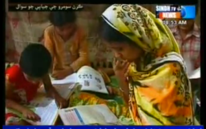 Kiran and her siblings at home, reading (Still from Sindh TV report)