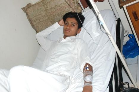 17-yr old Allahdin from Mithi, Tharparkar in hospital in Karachi. Photo: Wahid Khairi