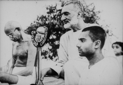 gandhi_and_abdul_ghaffar_khan_during_prayer_cropped_brighter